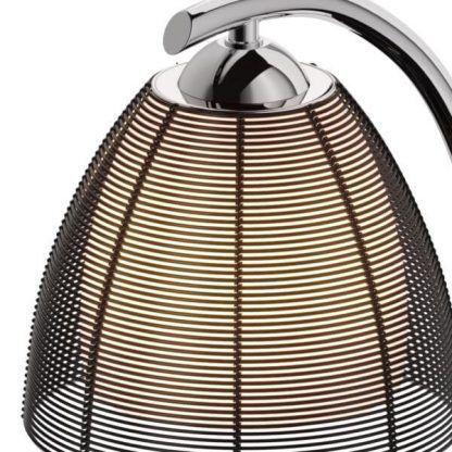 Klosz z cienkich czarnych drucików w lampie stołowej