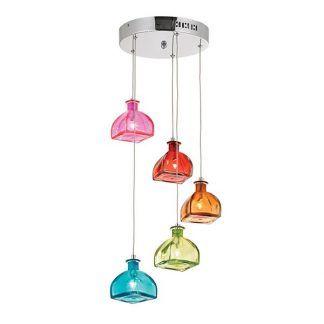 Kolorowe klosze lampy na różnych wysokościach do salonu