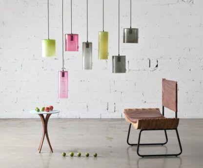 kolorowe lampy na betonowej ścianie