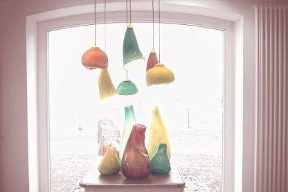 kolorowe lampy szklane w pastelowych odcieniach