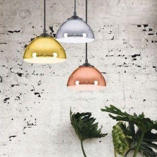 kolorowe lampy ze szkła na betonowej ścianie aranżacja