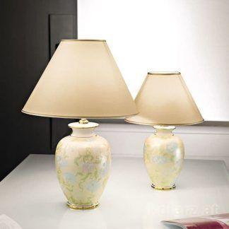 kremowa lampa stołowa w delikatne kwiaty