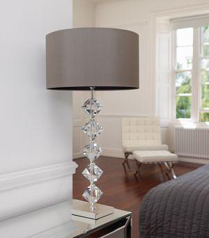kryształowa lampa stołowa z abażurem salon