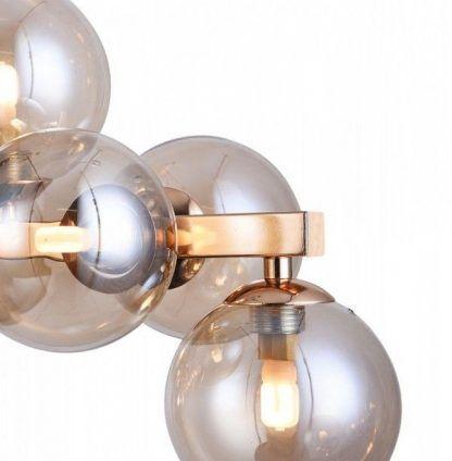 kule lekko przyciemniane w żyrandolu nowoczesnym w salonie