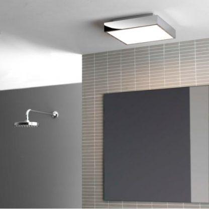kwadratowy chromowany plafon do łazienki i szarych płytek