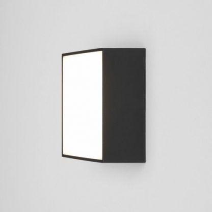 kwadratowy czarny kinkiet szeroki plafon