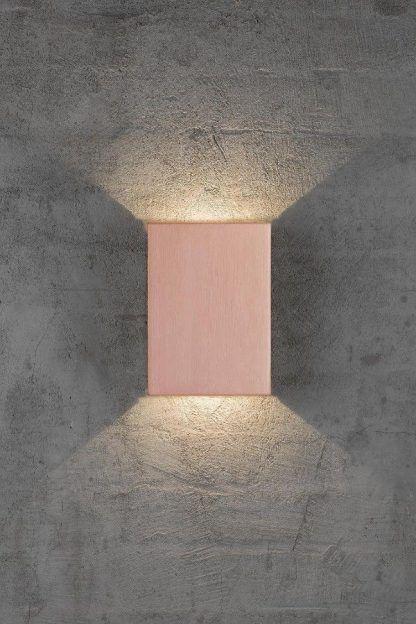 kwadratowy kinkiet różowy na ścianę otynkowaną
