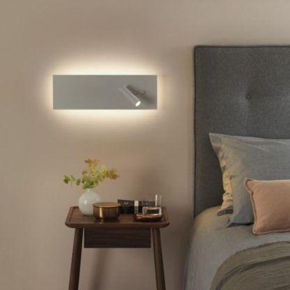 Lampa do czytania w aranżacji jasnej sypialni