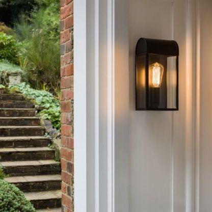lampa do ganku przy drzwiach wejściowych do domu