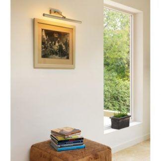 lampa do oświetlenia niewielkiego obrazu w salonie