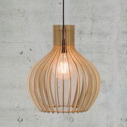 lampa drewniana wisząca na tle szarej cementowej ściany