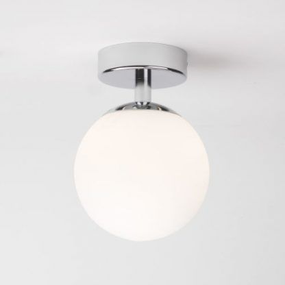 lampa kula sufitowa ze srebrną podstawą - szklana biała