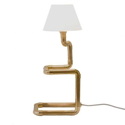 lampa miedziana z abażurem do aranżacji z drewnianymi meblami