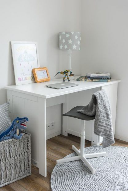 Lampa na białym biurku z abażurem w gwiazdki