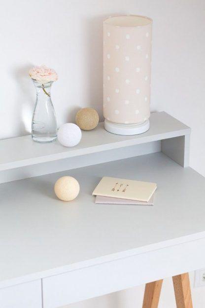 Lampa na białym biurku z beżowym abażurem