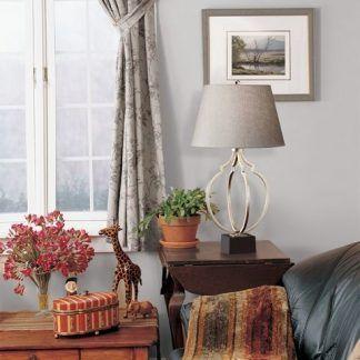 lampa na drewnianą komodę obok fotela