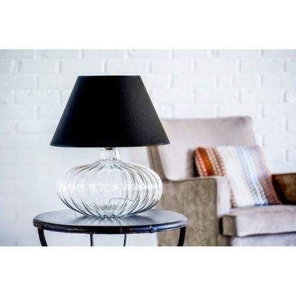 Lampa na drewnianym stoliku z ciemnym kloszem