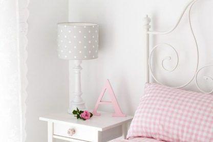 Lampa na stoliku nocnym z szarym abażurem