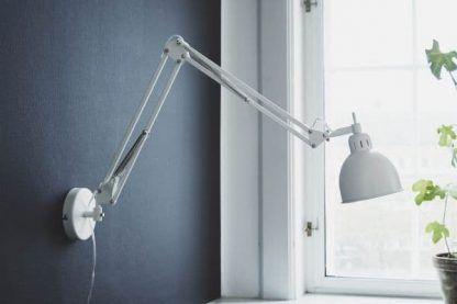 lampa na wysięgniku do biurka - nowoczesne biuro