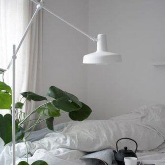 biała lampa podłogowa do sypialni aranżacja