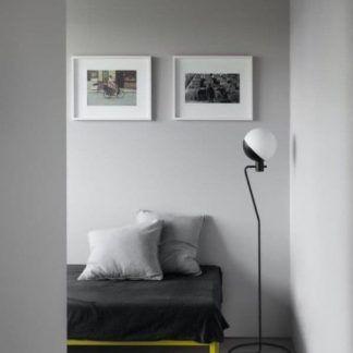 lampa podłogowa do nowoczesnej sypialni szarość