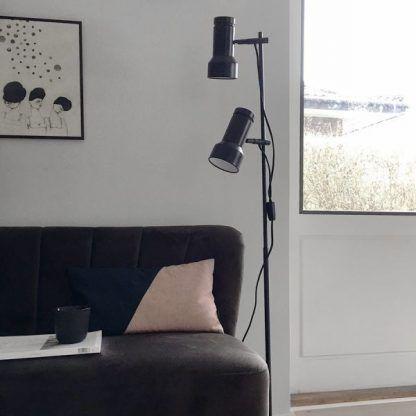 lampa podłogowa do salonu obok sofy - czarna z reflektorami