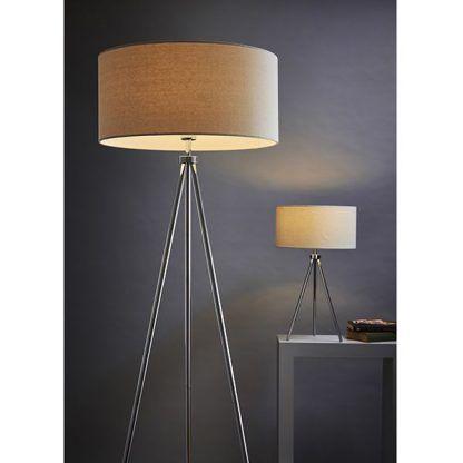 lampa podłogowa i stołowa srebrne nogi na szarej ścianie
