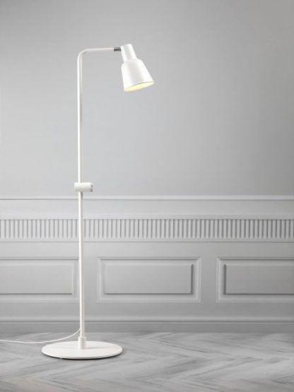 lampa podłogowa na nóżce biała z otwartym kloszem