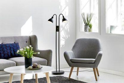 czarna lampa podłogowa z dwoma kloszami do salonu