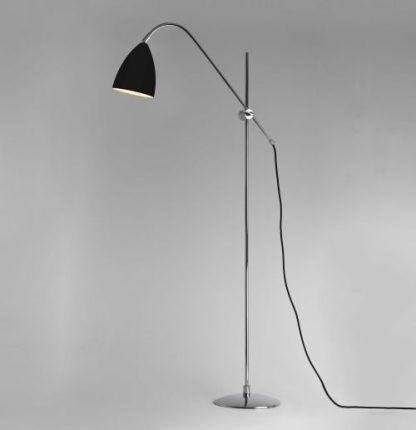 lampa podłogowa z czarnym kloszem i do szarej ściany
