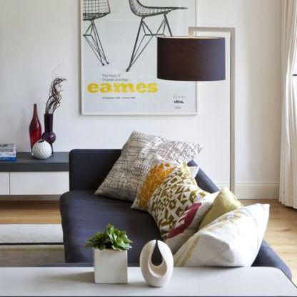 lampa podłogowa z czarnym nowoczesnym abażurem - aranżacja salonu