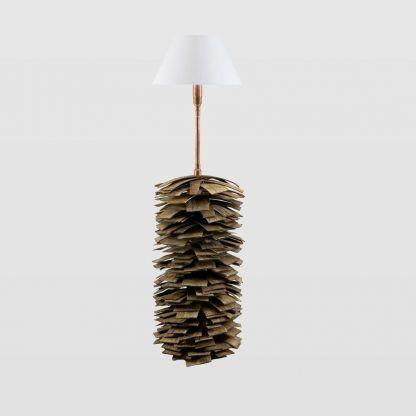 lampa podłogowa z drewnianych listewek i miedzianą rurą