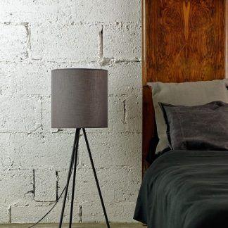 lampa stojąca do sypialni z abażurem na trójnogu