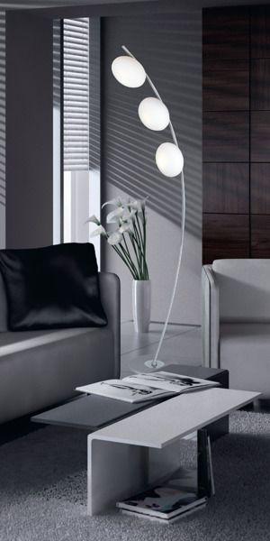 lampa stojąca z 3 kloszami w kształcie kul - salon nowoczesny