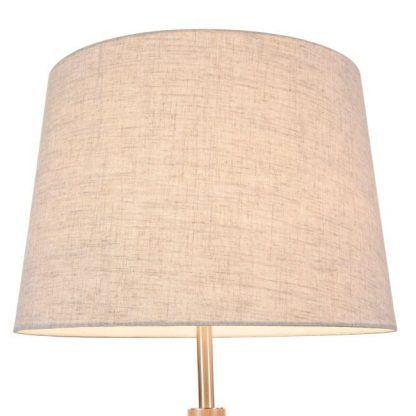 lampa stojąca z jasnym kloszem do sypialni