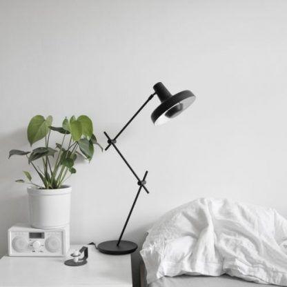 czarna lampa stojąca do sypialni na szafkę do czytania