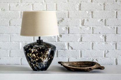 lampa stołowa czarna z przebarwieniami do ściany z cegły