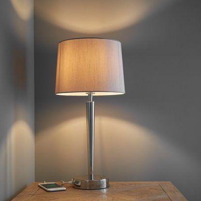 lampa stołowa do hotelu z beżowym abażurem