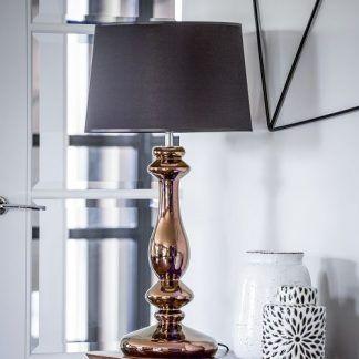 lampa stołowa do salonu z miedzianą podstawą i abażurem