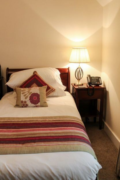 lampa stołowa do sypialni z abażurem na szafkę nocną brązową