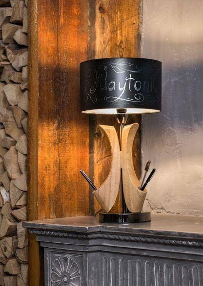 lampa stołowa drewniana z czarnym abażurem