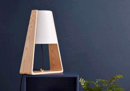 lampa stołowa drewniany trójkąt granatowa ściana