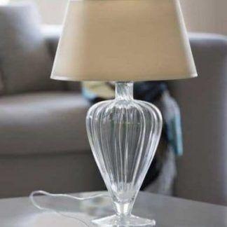 lampa stołowa glamour z bezowym kloszem w salonie
