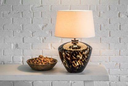 lampa stołowa na białej ścianie z cegieł - czarna