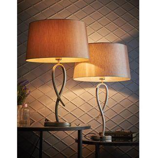 lampa stołowa na cienkiej srebrnej nóżce