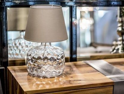 lampa stołowa na drewnianą komodę z kremowym abażurem