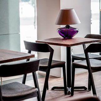 lampa stołowa szklana fioletowa z abażurem na stole w jadalni