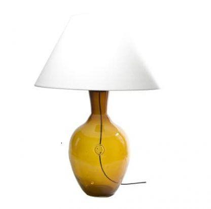 lampa stołowa szklana z szersza podstawą i białym abażurem