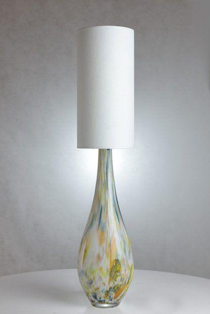 Lampa stołowa w jasnej aranżacji z podstawą w cętki