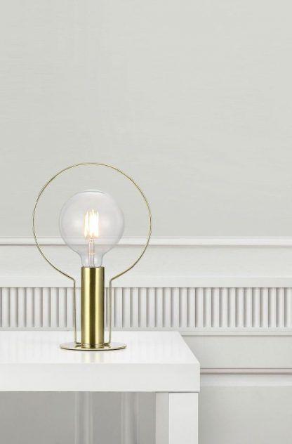 Lampa stołowa w kolorze złotym do białej sypialni